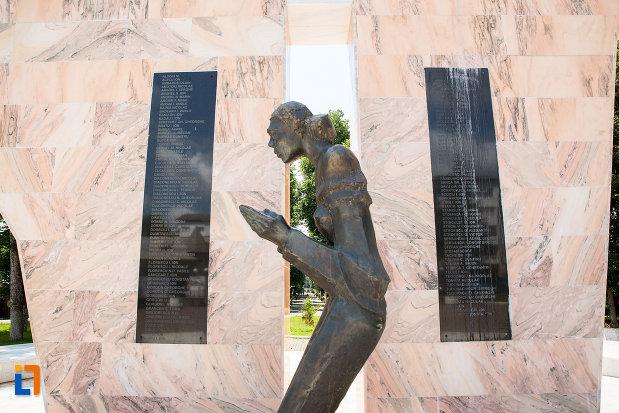 sculptura-de-la-monumentul-ostasilor-cazuti-din-pucioasa-judetul-dambovita.jpg