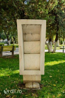 sculptura-din-piatra-orasul-negresti-oas-judetul-satu-mare.jpg