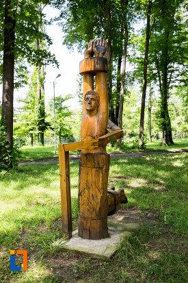 sculptura-din-tabara-de-creatie-de-la-pucioasa-judetul-dambovita.jpg