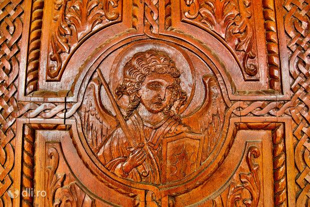 sculptura-in-lemn-biserica-sf-arhangheli-mihail-si-gavril-din-amati-judetul-satu-mare.jpg