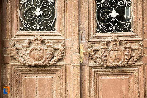 sculptura-in-usa-de-lemn-colegiul-national-carol-i-din-craiova-judetul-dolj.jpg