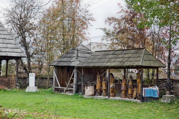 sculpturi-din-lemn-muzeul-taranesc-din-dragomiresti-judetul-maramures.jpg
