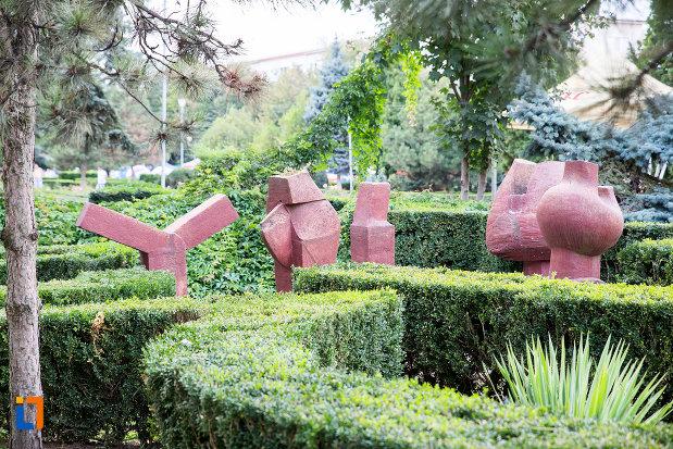 sculpturi-din-orasul-medgidia-judetul-constanta.jpg
