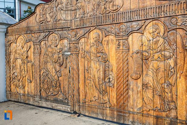 sculpturi-in-lemn-biserica-adormirea-maicii-domnului-a-fostei-manastiri-valeni-1680-din-valenii-de-munte-judetul-prahova.jpg