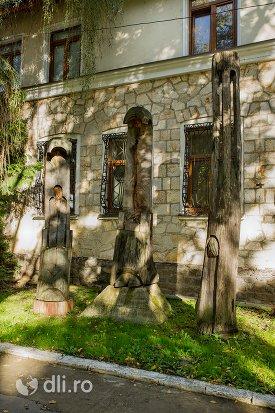 sculpturi-in-lemn-in-fata-muzeului-tarii-oasului-din-negresti-oas-judetul-satu-mare.jpg