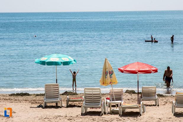 sezlonguri-si-umbrelute-de-plaja-statiunea-cap-aurora-judetul-constanta.jpg
