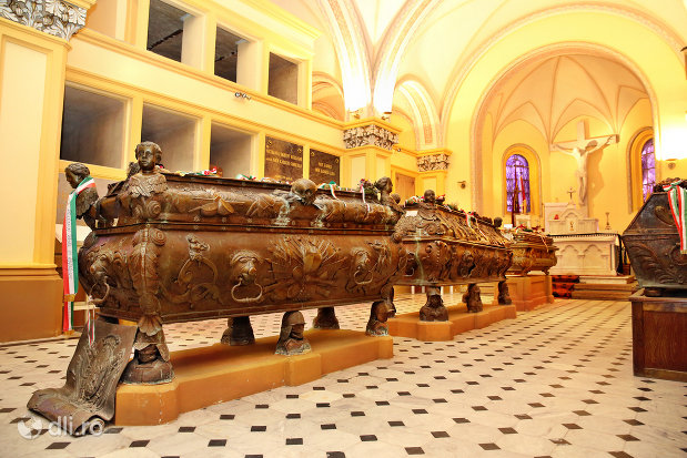 sicriele-familiale-din-cripta-familiei-karolyi-de-la-manastirea-franciscana-sf-anton-din-capleni-judetul-satu-mare-2.jpg