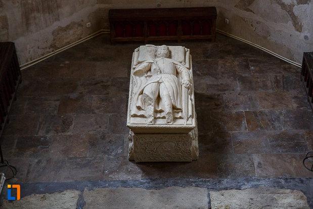 sicriu-aflat-in-capela-de-la-castelul-corvinilor-azi-muzeu-din-hunedoara-judetul-hunedoara.jpg