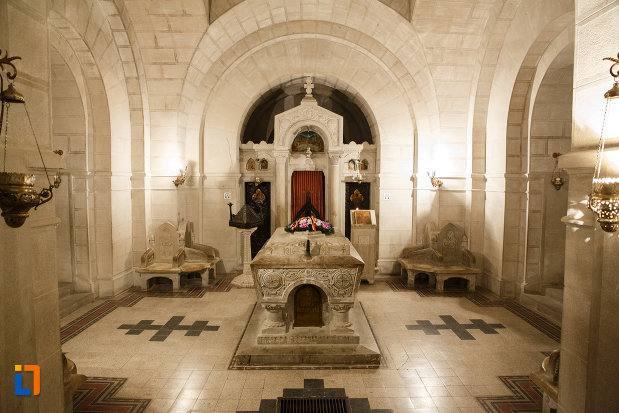 sicriu-de-ofiter-aflat-la-mausoleul-eroilor-din-1916-1919-de-la-marasesti-judetul-vrancea.jpg