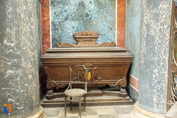 sicriu-expus-in-mausoleul-familiei-filisanu-din-filiasi-judetul-dolj.jpg