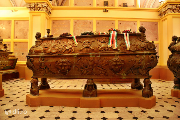 sicriu-nobiliar-din-cripta-familiei-karolyi-de-la-manastirea-franciscana-sf-anton-din-capleni-judetul-satu-mare-2.jpg