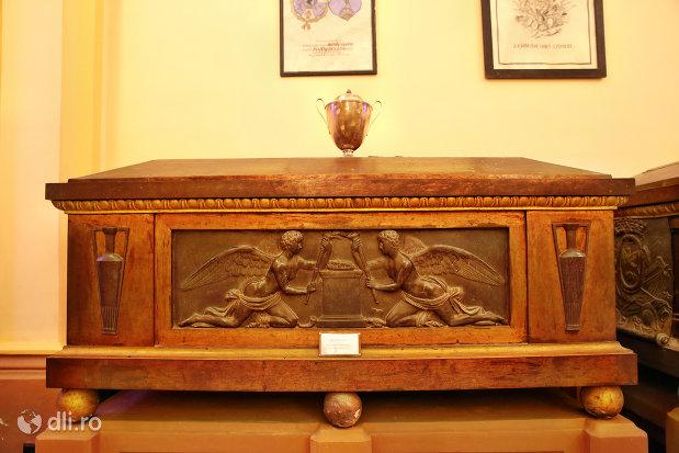 sicriu-sculptat-din-cripta-familiei-karolyi-de-la-manastirea-franciscana-sf-anton-din-capleni-judetul-satu-mare-2.jpg