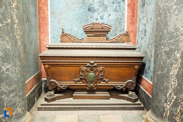sicriu-sculptat-din-mausoleul-familiei-filisanu-din-filiasi-judetul-dolj.jpg