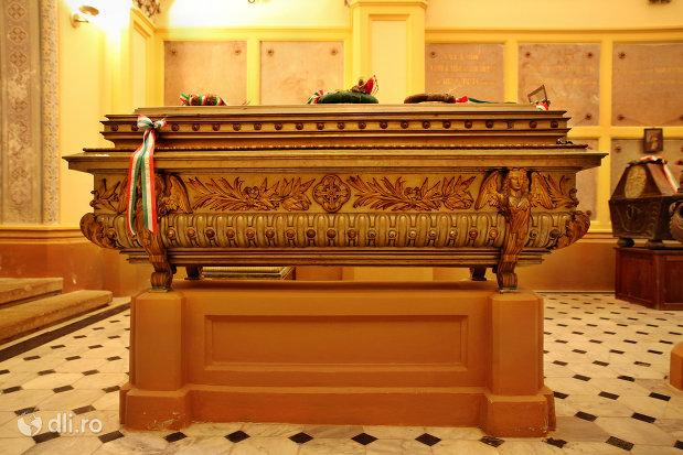 sicriu-si-suport-din-cripta-familiei-karolyi-de-la-manastirea-franciscana-sf-anton-din-capleni-judetul-satu-mare-2.jpg