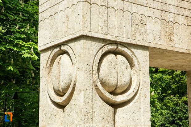 simboluri-de-pe-poarta-sarutului-din-targu-jiu-judetul-gorj.jpg