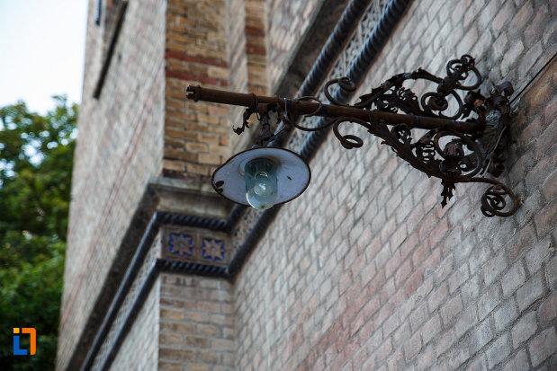 sinagoga-din-cetate-din-timisoara-judetul-timis-imagine-cu-un-felinar.jpg