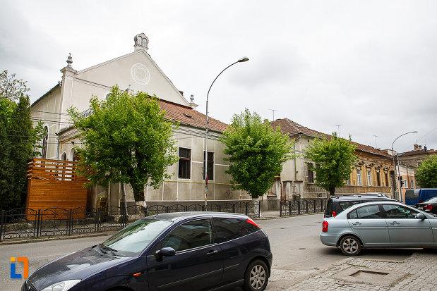 sinagoga-din-deva-judetul-hunedoara-vazuta-de-pe-str-baritiu.jpg