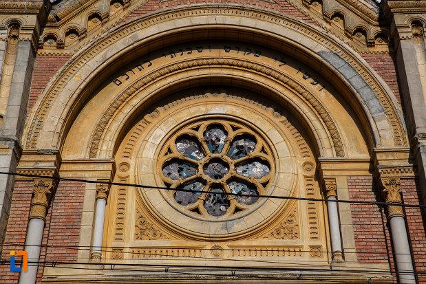 sinagoga-din-fabric-din-timisoara-judetul-timis-vitraliu-in-forma-de-floare.jpg