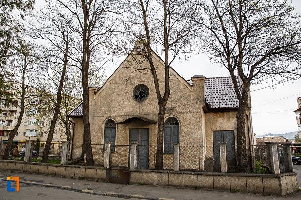 sinagoga-din-hateg-judetul-hunedoara-inconjurata-de-copaci.jpg