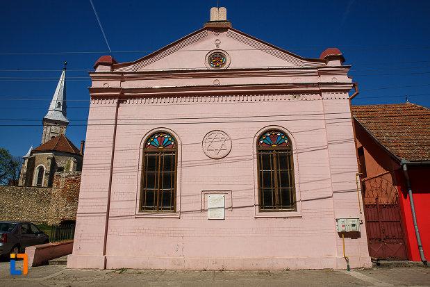 sinagoga-din-orastie-judetul-hunedoara-ferestrele-de-pe-fatada.jpg
