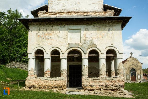 sir-de-coloane-de-la-intrarea-in-manastirea-sf-voievozi-din-baia-de-arama-judetul-mehedinti.jpg