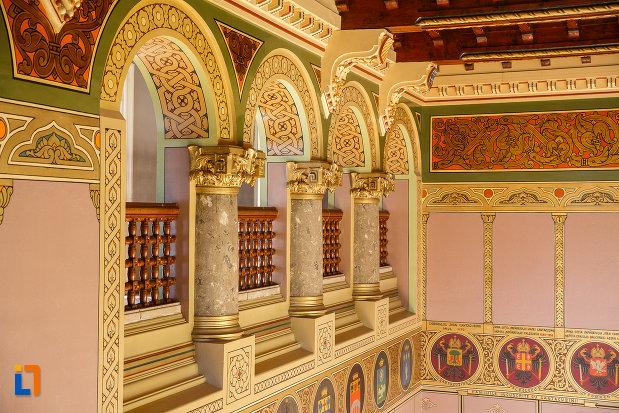 sir-de-coloane-si-arcuri-castelul-cantacuzino-din-busteni-judetul-prahova.jpg