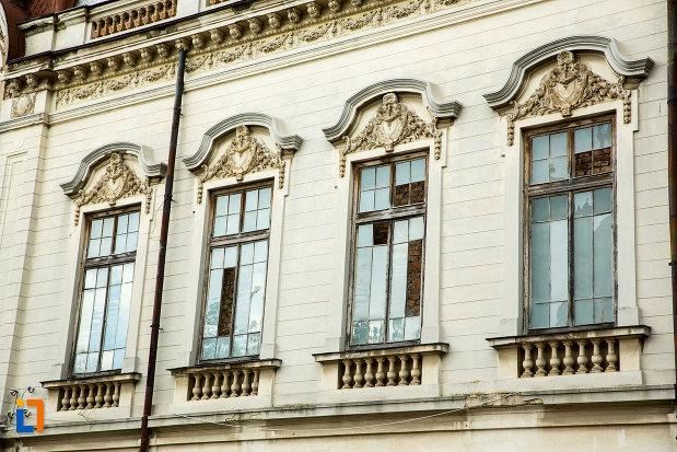 sir-de-ferestre-ornate-de-la-palatul-cosma-constantinescu-casa-de-cultura-si-muzeul-de-arheologie-si-etnografie-judetul-olt.jpg