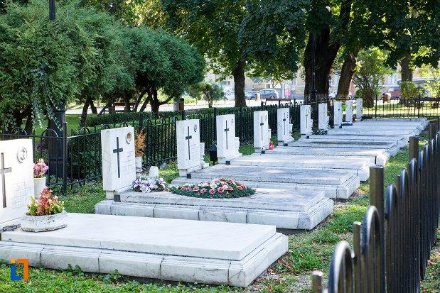 sir-de-morminte-monumentul-eroilor-anticomunisti-din-brasov-judetul-brasov.jpg