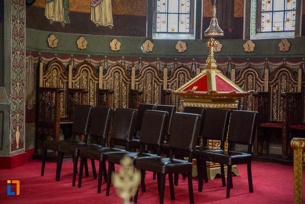 siruri-de-scaune-din-catedrala-mitropolitana-sf-treime-din-sibiu-judetul-sibiu.jpg
