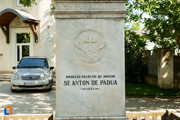 soclu-de-statuie-de-la-biserica-romano-catolica-din-galati-judetul-galati.jpg