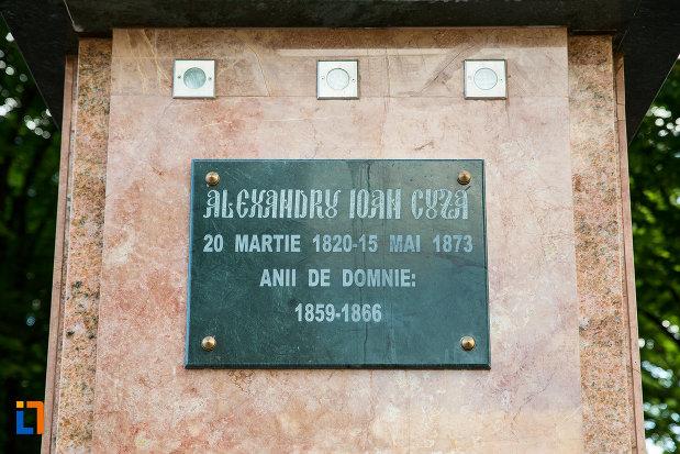 soclul-de-la-bustul-domnitorului-alexandru-ioan-cuza-din-tecuci-judetul-galati.jpg
