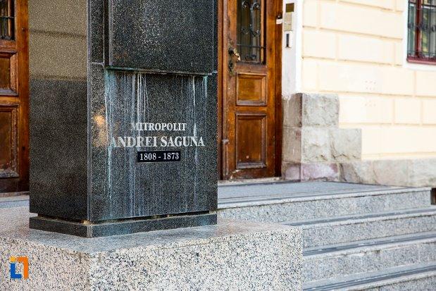 soclul-de-la-bustul-lui-andrei-saguna-din-brasov-judetul-brasov.jpg