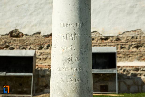 soclul-de-la-bustul-preotului-stefan-ion-manastirea-sf-voievozi-din-baia-de-arama-judetul-mehedinti.jpg