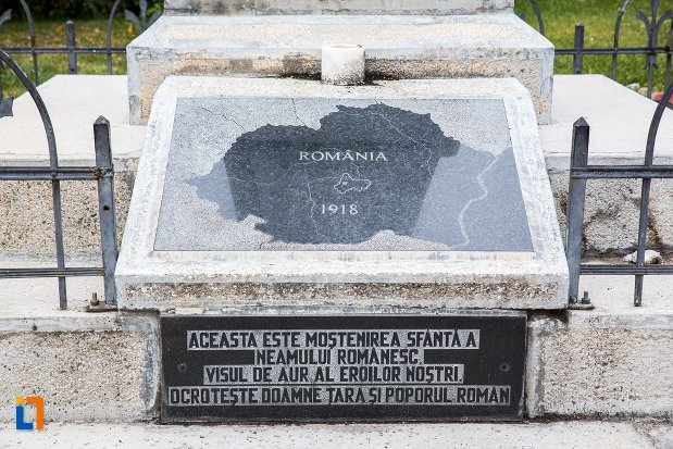 soclul-de-la-monumentul-eroilor-din-codlea-judetul-brasov.jpg