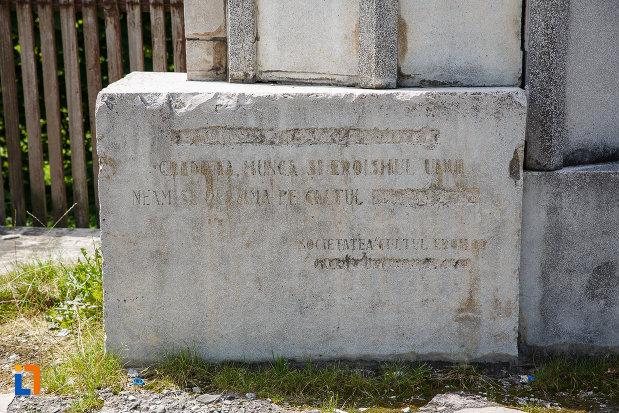 soclul-de-la-monumentul-inaintasilor-din-breaza-judetul-prahova.jpg