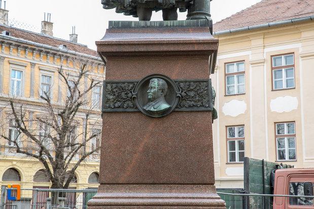 soclul-de-la-statuia-episcopului-georg-daniel-teutsch-1899-din-sibiu-judetul-sibiu.jpg