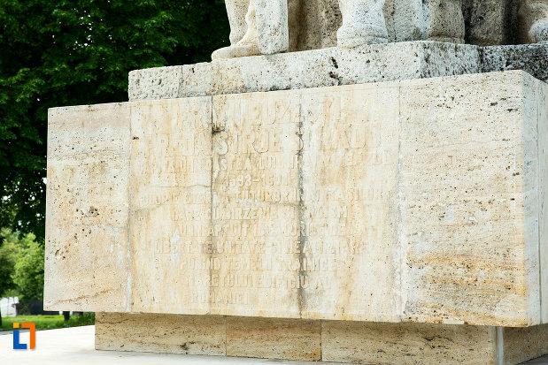 soclul-de-la-statuia-fratilor-buzesti-din-craiova-judetul-dolj.jpg