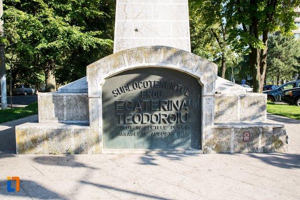 soclul-de-la-statuia-lui-ecaterina-teodoroiu-din-braila-judetul-braila.jpg