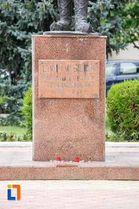 soclul-de-la-statuia-lui-liviu-vasilica-din-alexandria-judetul-teleorman.jpg
