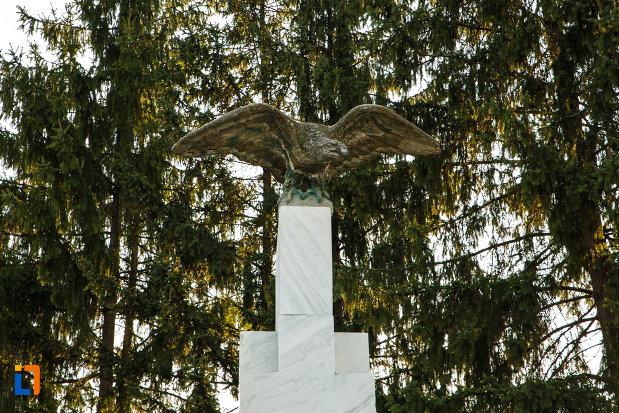 soimul-de-pe-monumentul-eroilor-din-horezu-judetul-valcea.jpg