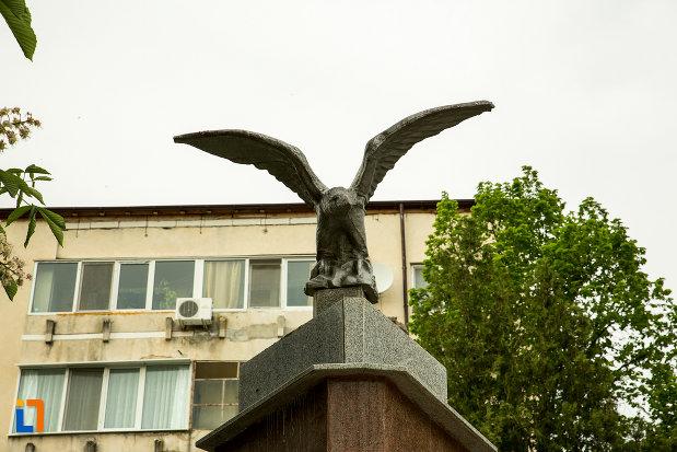 soimul-de-pe-monumentul-eroilor-revolutiei-din-decembrie-1989-din-draganesti-olt-judetul-olt.jpg