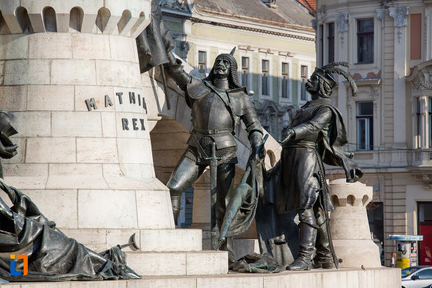 soldati-langa-statuia-lui-matei-corvin-din-cluj-napoca-judetul-cluj.jpg