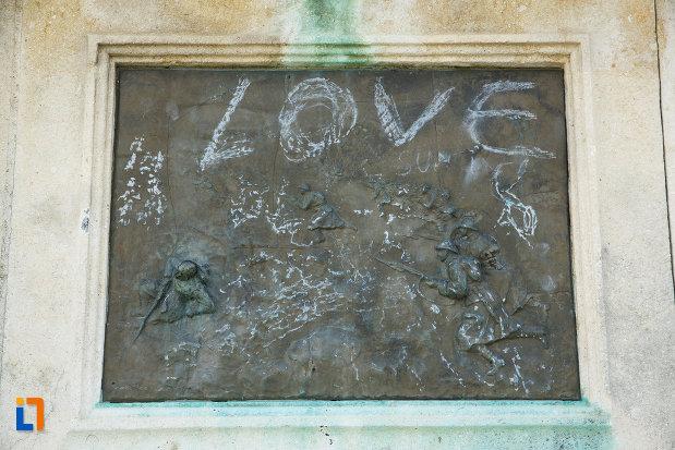 soldati-sculptati-pe-monumentul-eroilor-1916-1918-din-odobesti.jpg