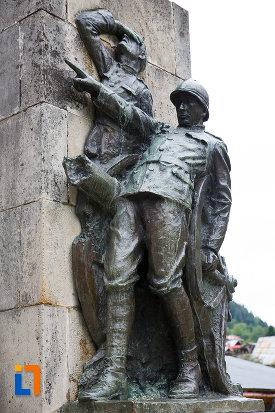 soldatii-de-la-monumentul-eroilor-din-azuga-judetul-prahova.jpg