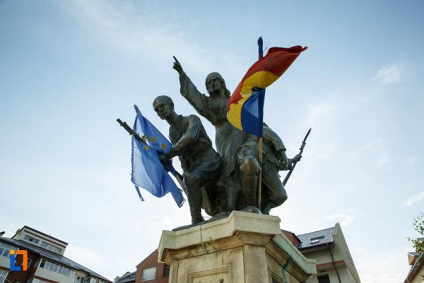 soldatii-de-pe-monumentul-eroilor-1916-1918-din-odobesti.jpg