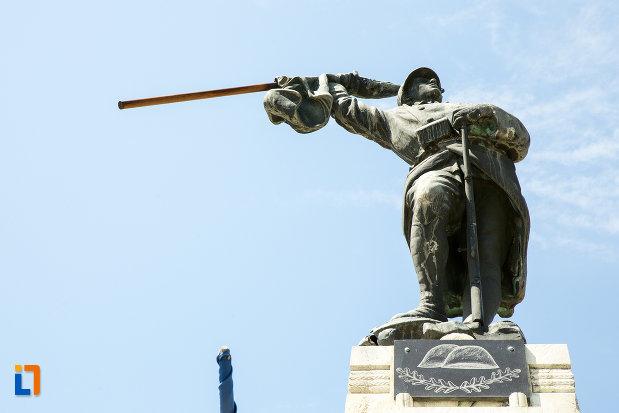 soldatul-de-la-monumentul-eroilor-din-novaci-judetul-gorj.jpg
