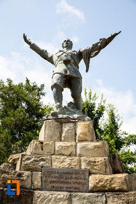 soldatul-de-la-monumentul-eroilor-din-pucioasa-judetul-dambovita.jpg