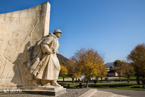 soldatul-de-la-monumentul-ostasului-romandin-baia-mare-judetul-maramures.jpg