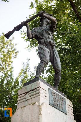 soldatul-de-pe-monumentul-eroilor-din-fundulea-judetul-calarasi.jpg