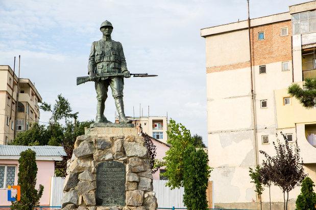 soldatul-de-pe-monumentul-eroilor-din-harsova-judetul-constanta.jpg
